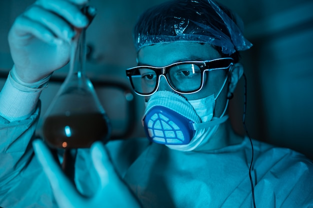 Joven investigador masculino realizando experimento científico