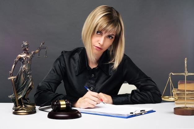 Una joven jueza justa trabaja en su oficina.