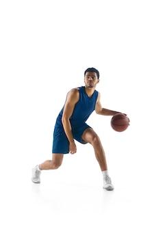 Joven jugador de baloncesto árabe musculoso en acción, movimiento aislado en blanco