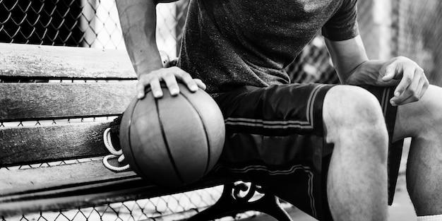 Joven jugador de baloncesto disparar