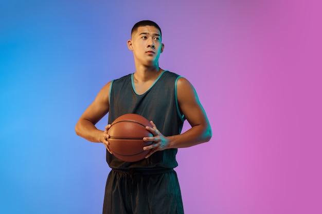 Joven jugador de baloncesto en luz de neón