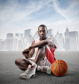 Joven jugador de baloncesto negro