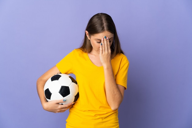 Joven jugador de fútbol lituano mujer aislada sobre fondo púrpura con expresión cansada y enferma
