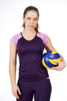 Joven, jugador de voleibol de belleza. aislado en blanco en estudio