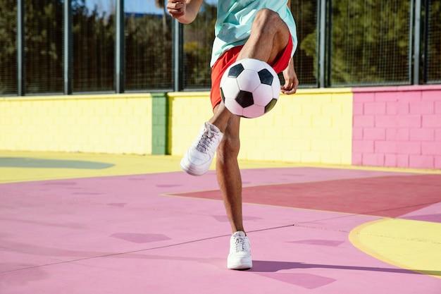 Joven jugando al fútbol de cerca