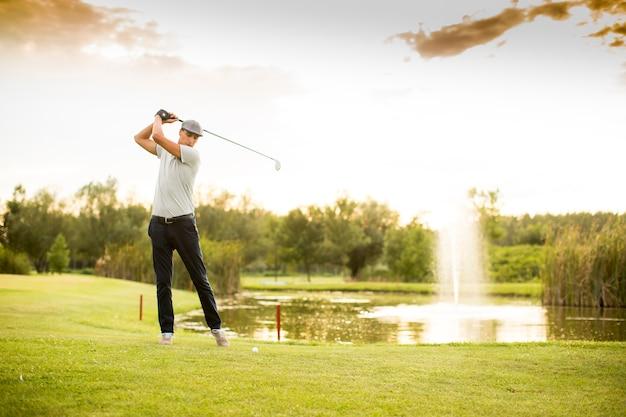 Joven jugando al golf