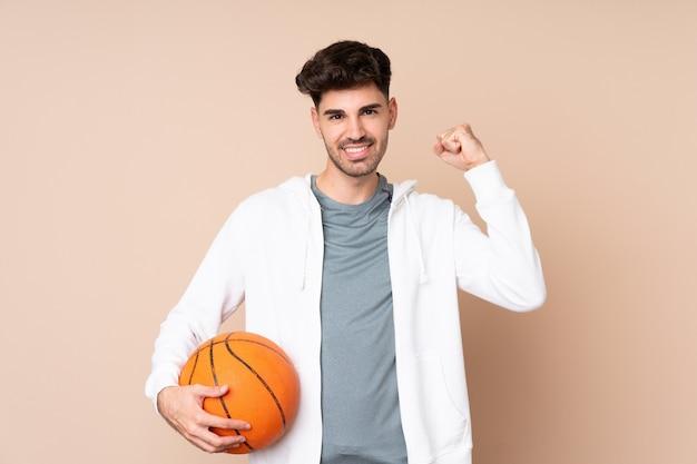 Joven jugando baloncesto y orgulloso de sí mismo