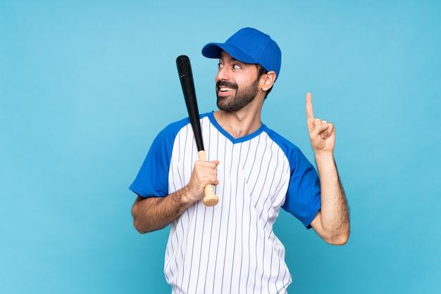 Joven jugando béisbol con la intención de darse cuenta de la solución mientras levanta un dedo