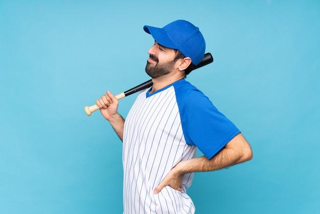 Joven jugando béisbol