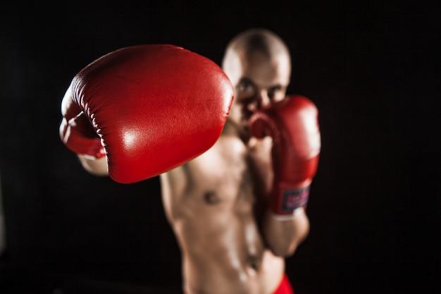 El joven kickboxing en negro