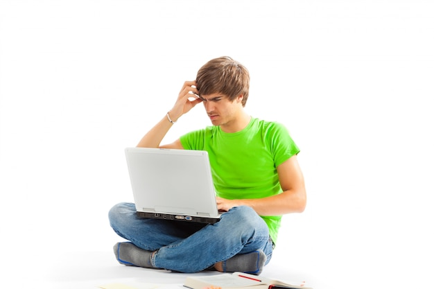 Joven con laptop y piernas cruzadas