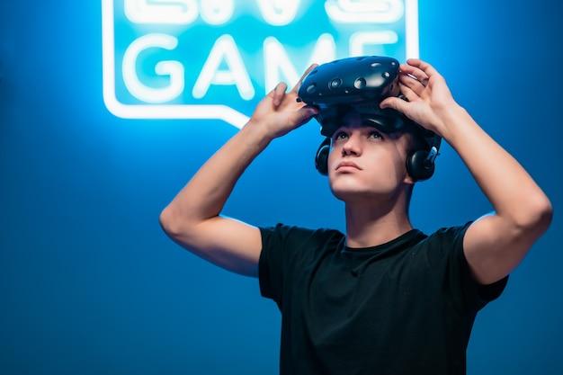 El joven levantó sus gafas de realidad virtual.