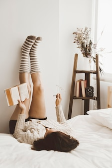 Joven leyendo en la elegante habitación