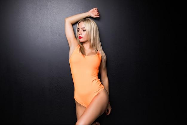 Joven linda mujer en traje de gimnasta