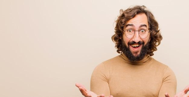 ¿joven loco con barba que se siente feliz, asombrado, afortunado y sorprendido, como decir en serio? increíble contra color plano