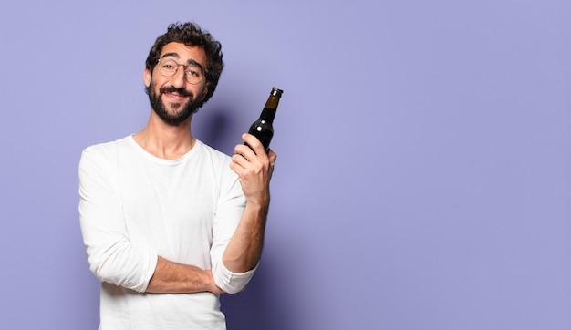 Joven loco barbudo con una cerveza