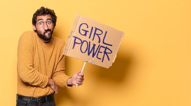 Joven loco barbudo sosteniendo una pancarta de poder femenino