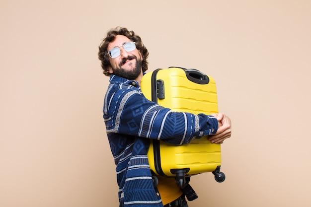 Joven loco genial con una maleta. concepto de viaje
