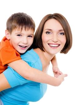 Joven madre alegre feliz con hijo pequeño en un espacio en blanco