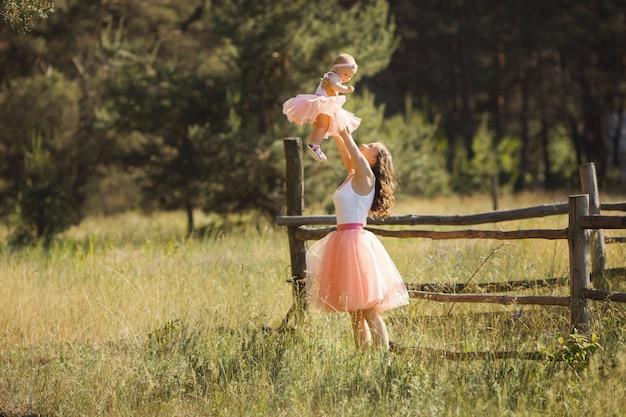 Joven madre bonita con su pequeño bebé al aire libre. hermosa mujer con su hija en la naturaleza. niño pequeño con su padre