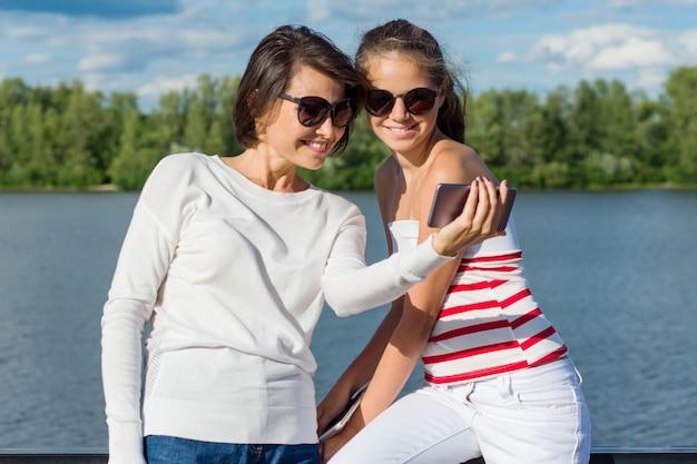 Joven madre e hija adolescente genial
