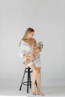 Joven madre y su hermosa hija