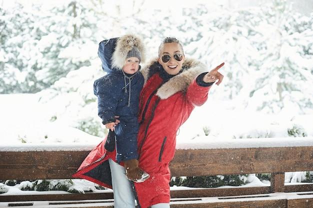 Una joven madre con sus hijos divirtiéndose en invierno.