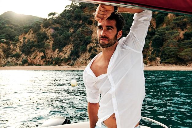 Un joven marinero al atardecer - concepto de verano