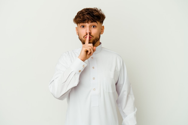 Joven marroquí con ropa típica árabe guardando un secreto o pidiendo silencio.