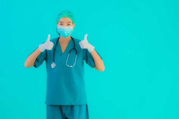 Joven médico asiático mujer con máscara y anteojos