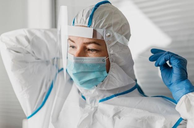 Joven médico con equipo protector de coronavirus.