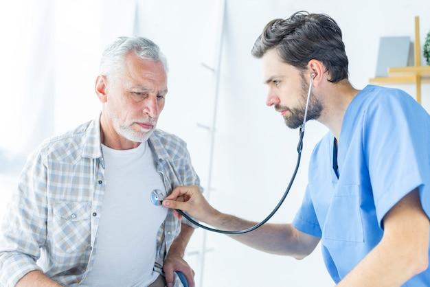 Joven médico examinando paciente