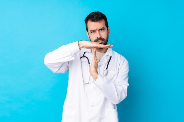 Joven médico hombre