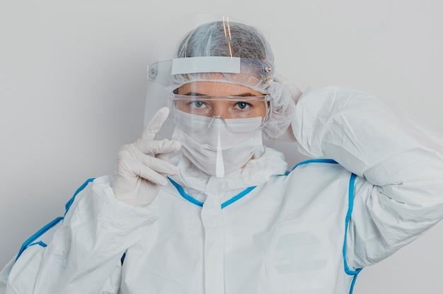 Joven médico con una máscara médica