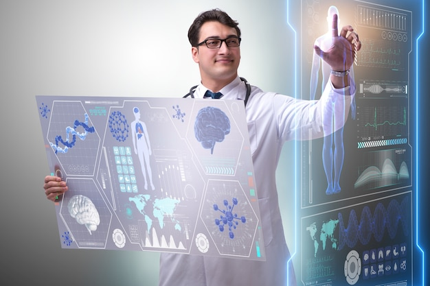 Joven médico masculino en concepto médico futurista