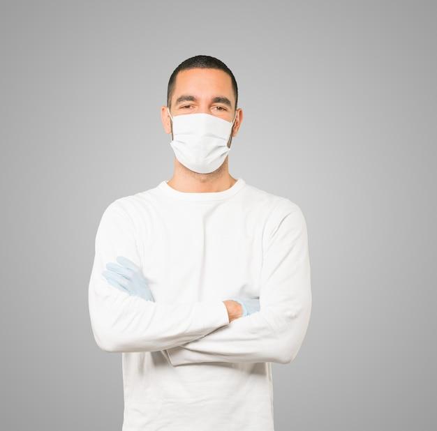 Joven médico masculino con máscara y guantes protectores