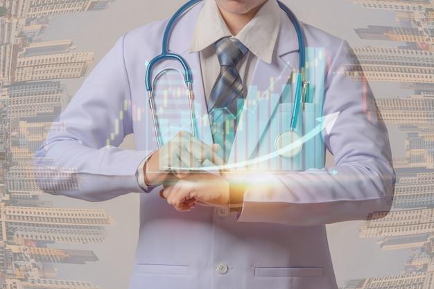 Joven médico sosteniendo un reloj inteligente y tocando la pantalla visual del gráfico de acciones médicas