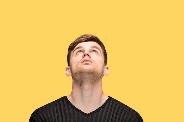 El joven mirando hacia arriba