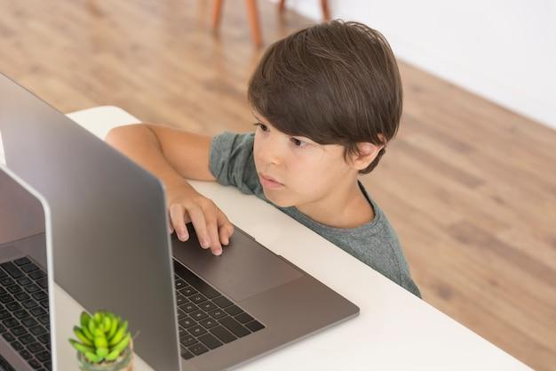 Joven mirando en la computadora portátil