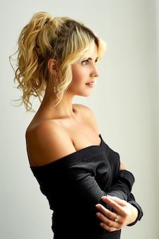 Joven modelo femenino atractivo posando en ropa interior