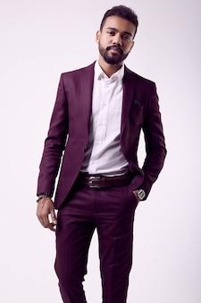Joven modelo masculino afroamericano en traje formal de moda
