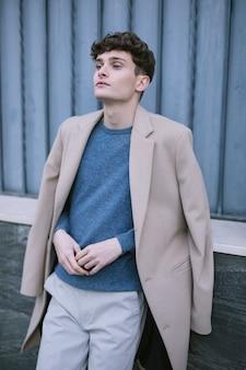 Joven modelo masculino pensando mirando intensamente