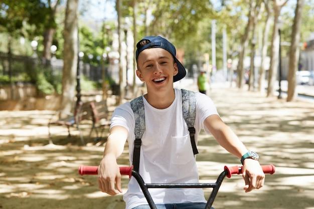 Joven montando una bicicleta bmx en el parque