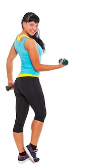 Joven morena feliz haciendo ejercicios con pesas