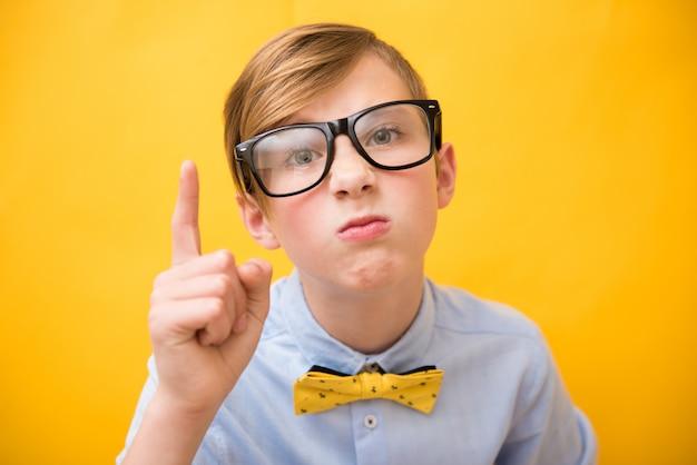 Joven muchacho de negocios, adolescente divertido en gafas. nerd, colega desagradable y concepto de jefe