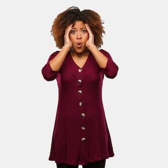 Joven mujer afro negra sorprendida y conmocionada