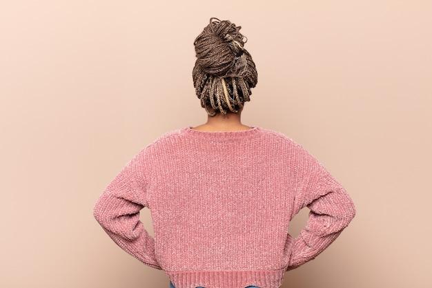Joven mujer afro, vista posterior del peinado