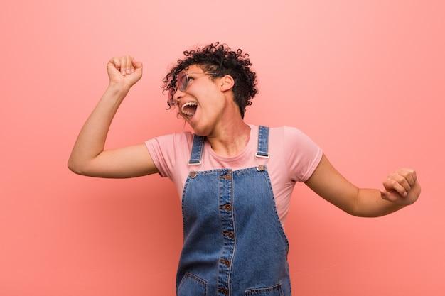 Joven mujer afroamericana adolescente mezclada bailando y divirtiéndose.