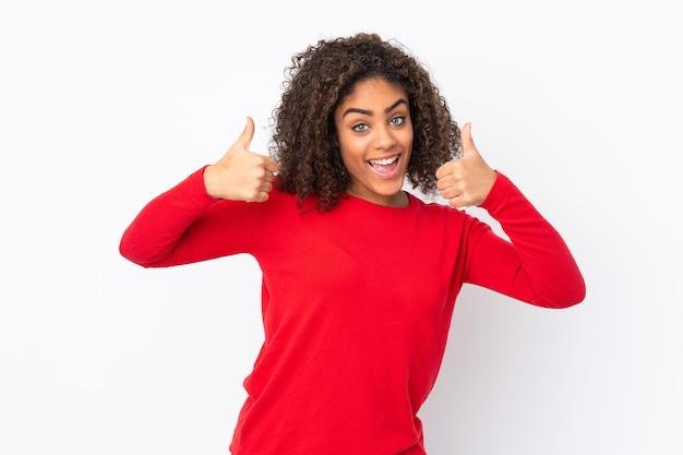 Joven mujer afroamericana aislada en dar un gesto de pulgares arriba