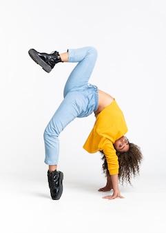 Joven mujer afroamericana bailando sobre blanco aislado